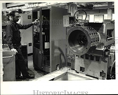 (Vintage Photos Historic Images 1981 Press Photo Sherman Ballentine, Checking Cutting Ability a Turret Lathe - 8 x 10)