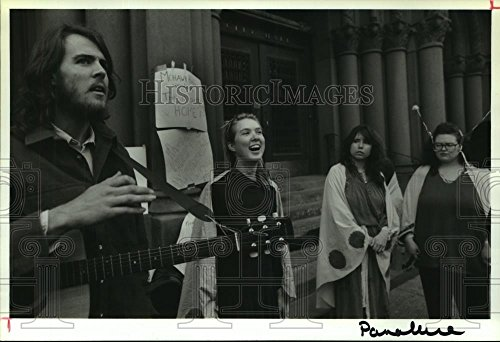 Historic Images 1992 Press Photo Jerry Mueller Singing at Protest Outside Albany, NY City Hall - 6.75 x 10 in
