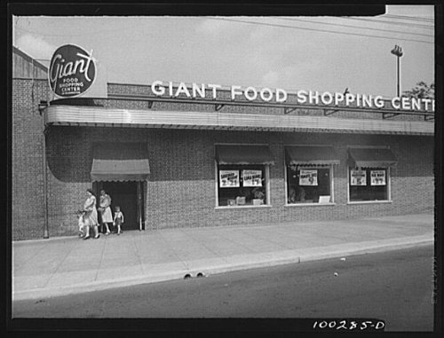Photo: Washington,D.C. The Giant food shopping center on Wisconsin - Washington Centre Shopping Dc