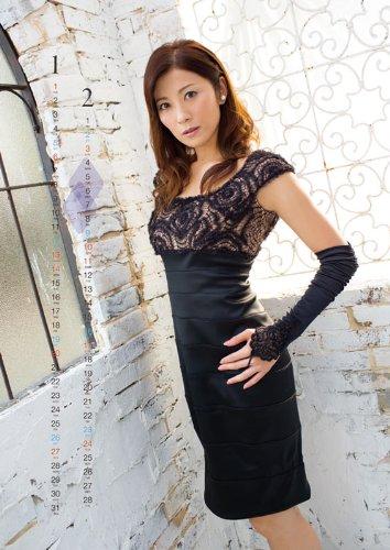 黒のワンピースが綺麗な中田有紀