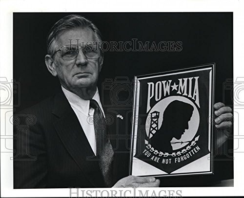 1991 Press Photo Richard Danielson with official symbol of the POW (Pow Mia Symbol)