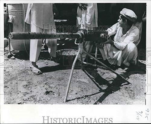 1977 Press Photo Gunsmith Demonstrates 12.7mm Machine Gun In Pakistan - Historic Images