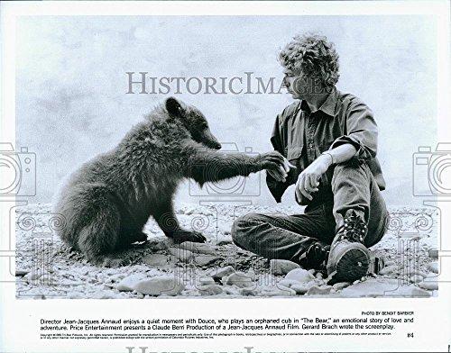 Press Photo The Bear director Jean-Jacques Annaud & a bear cub ()
