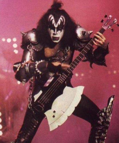 Mini Bass Guitarra KISS GENE SIMMONS La Hacha Figurilla Presente: Amazon.es: Hogar