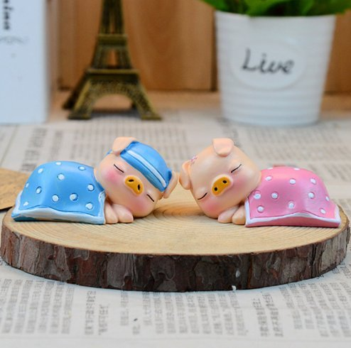 UChic 2PCS/Set Lovely Mini The Quilt Pig Decoration Car Interior Ornament Resin Doll Accessories For Birthday Gifts Home Decor Ornament Lover's Kids Gift