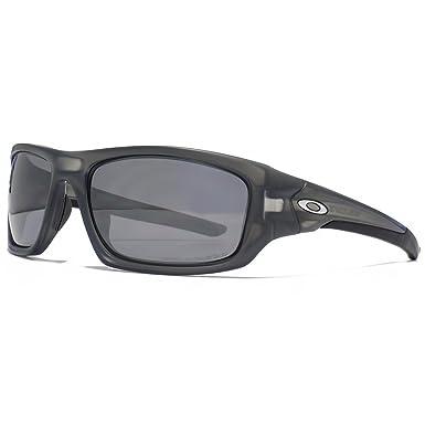 5a6e02f0193 Oakley Valve Sunglasses in Matte Grey Smoke Polarised OO9236 06 60   Amazon.co.uk  Clothing