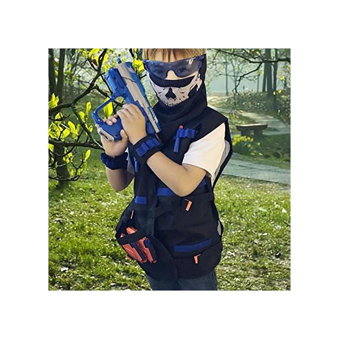 51VgyfYcoWL Gran regalo para sus hijos: el kit de chaleco táctico le permite a sus hijos llevar más potencia de fuego adicional que otros niños y al mismo tiempo proporciona una buena protección. El chaleco espesante duradero que también es transpirable. Kit rico: viene con 40 piezas de dardos de espuma en 4 colores + 1 pieza de gafas protectoras a prueba de viento gafas + 1 pieza de máscara de calavera sin costuras + 2 piezas de clip de recarga rápida de 12 dardos + 2 piezas de muñequera de 8 dardos + 1 pieza de bolsa de dardos (puede llevar de 20 a 30 dardos). A tus hijos les debe gustar este nuevo look en el juego de batalla. Fresco y seguro: gafas transparentes azules, suaves y flexibles. La máscara de calavera táctica fresca, hecha de tela transpirable no tóxica, hace que su aspecto general sea más fresco, también lo protege de ataques sorpresa. Dardos de espuma hechos de materiales plásticos de esponja suave y cabeza redonda suave para ayudar a amortiguar la fuerza de impacto, ideal para protegerlo de ataques sorpresa.