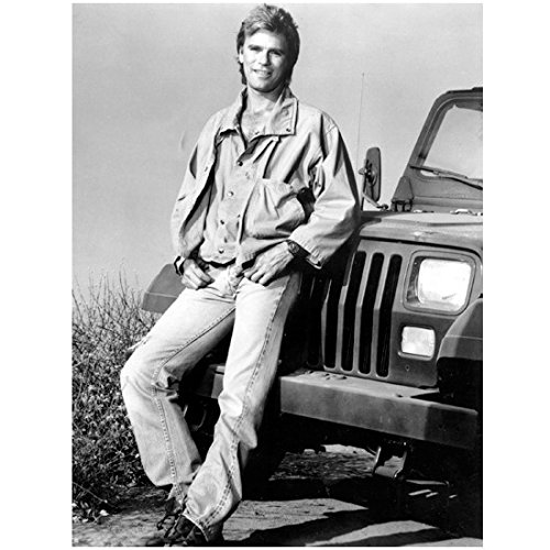 (Richard Dean Anderson 8 x 10 Photo Stargate Legends MacGyver Black & White Cute Smile Leaning on Front of Jeep kn)