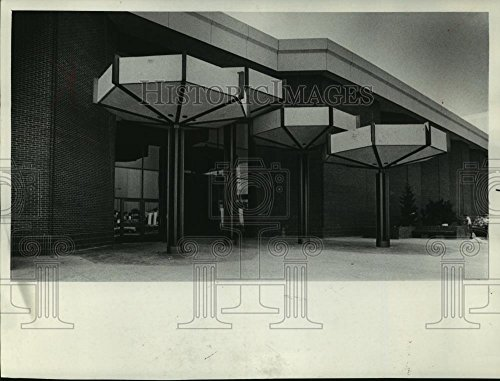 1970 Press Photo entrance to Southridge Shopping Center in Wisconsin - - Malls Wisconsin Shopping In