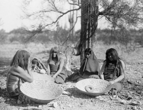 1907 photo Maricopa group, Arizona. Four women and a child seated on ground w a2