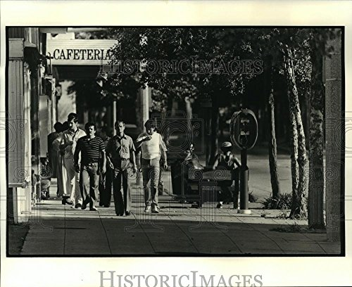 1980 Press Photo Pedestrians Near Riverside Mall in Baton Rouge, - Baton Of Rouge Mall