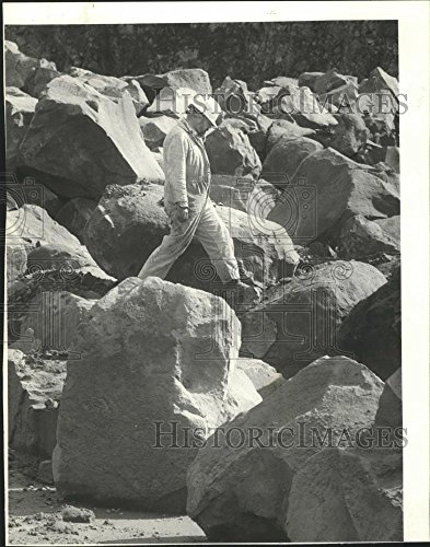 1985 Press Photo Larry Lemen crushing foreman at Baker Rock on a boulder. Foreman Photograph
