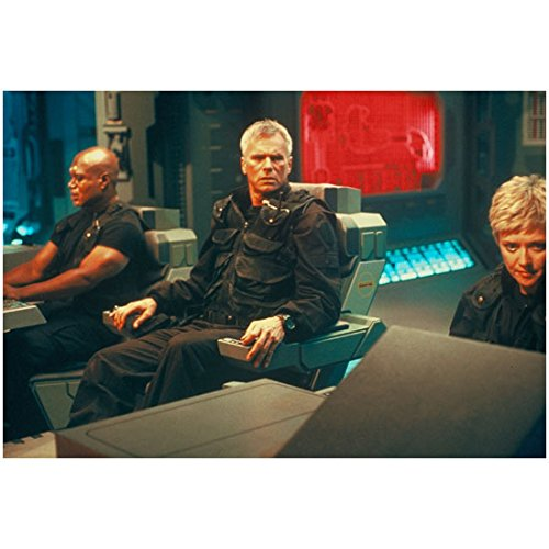 Richard Dean Anderson 8 inch by 10 inch PHOTOGRAPH Stargate SG-1 Stargate: Continuum Stargate: The Ark of Truth in Big Chair Between Amanda Tapping & Christopher Judge kn