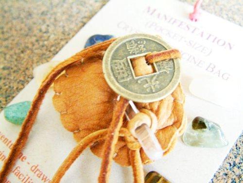 MANIFESTATION CRYSTAL MÉDECINE petit sac Pocket Size (1.5 x 1.75 pouces / 38 x 44 mm) étui souple en cuir de peau de daim avec Reiki pierres de guérison spirituelle, les usages du patrimoine autochtones, métaphysique, nouvel âge, méditation, indien, Reiki