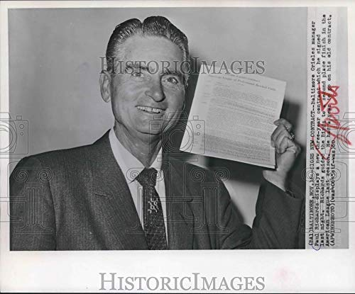 1960 Press Photo Baltimore Orioles manager Paul Richards signs new contract. - Historic Images