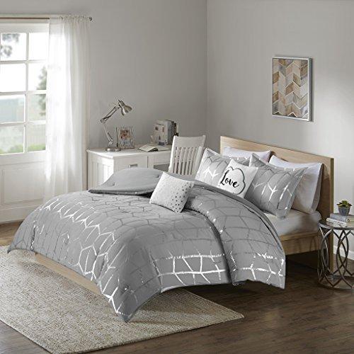 Intelligent Design Cozy Raina Comforter Set - 5 PC - Grey - Glam Metallic Silver Geometric Print Over Grey - Hypoallergenic Microfiber Brushed - Full/Queen - 1 Comforter, 2 Shams, 2 Pillows (Bed Ensemble Complete Queen)