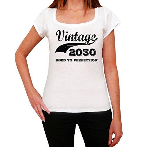 Vintage Aged To Perfection 2030, regalo cumpleaños mujer, camisetas mujer cumpleaños, vendimia añejado a la perfección camiseta mujer, camiseta regalo, regalo mujer blanco