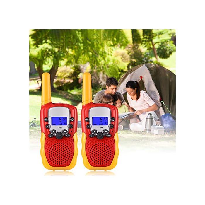 ☎ Regalo Perfecto para Niños: Walkie talkies el cuerpo pequeño y liviano permite que los niños sean fáciles de usar y solo 90 g por walkie talkie son fáciles de transportar, estos caben cómodamente en las manos de los niños con un diseño ergonómico. Un simple botón de pulsar para hablar hace que este juguete sea fácil de usar para más de 3,4,5,6 7 8 años, regalos de cumpleaños y vacaciones muy buenos. ☎ Función de sonido claro y bloqueo de teclas: nuestros walkie talkies para niños tienen una función de alerta de llamada genial, calidad de sonido nítida y suave con nivel de volumen ajustable. Equipado con función de bloqueo de teclas, no es fácil para los niños modificar los canales para mejorar la diversión de la interacción entre padres e hijos. NOTA: requiere 4 baterías AAA (no incluidas). ☎ Señal Constante de Largo Alcance: La situación puede ser monitoreo en tiempo real de niños, sistema de alarma inteligente antivandálico, etc. Manténgase en contacto con sus amigos y familiares, especialmente en actividades al aire libre, los mejores juguetes al aire libre para walkie talkies de niños y niñas.