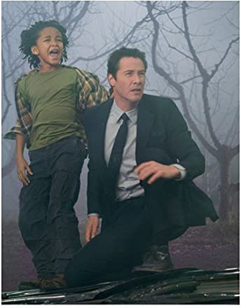 The Day The Earth Stood Still 2008 8 Inch X10 Inch Photo Keanu Reeves Suit Crouching Next To Jaden Smith Green Shirt Kn At Amazon S Entertainment Collectibles Store