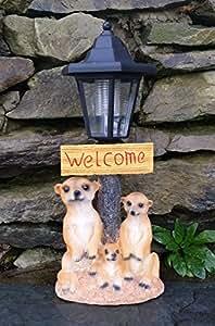 Farol que funciona con energía solar, automático, con el adorno de unos suricatos y con un cartel de bienvenida