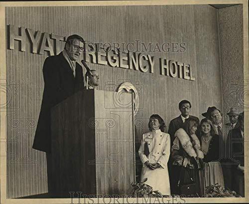 Vintage Photos 1981 Press Photo Pat Foley Speaks at Dedication at Hyatt Regency Hotel