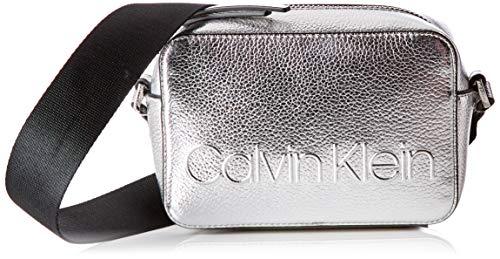 Calvin Klein - Edged Camera Bag Met, Bolsos bandolera Mujer, Gris (Silver), 7x12x18 cm (B x H T)