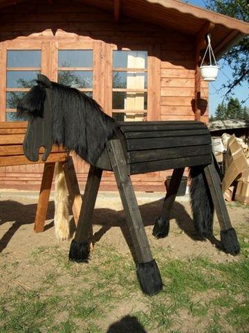 Holzpferd Jule 110cm als Friese lasiert für außen