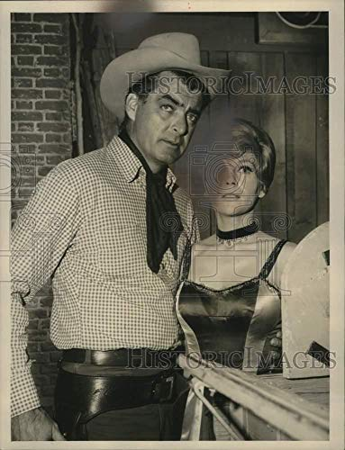 1985 Press Photo Actor Rory Calhoun on set with young lady. - mjp44084 - Historic Images