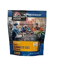 Huevos revueltos de la casa de la montaña con tocino