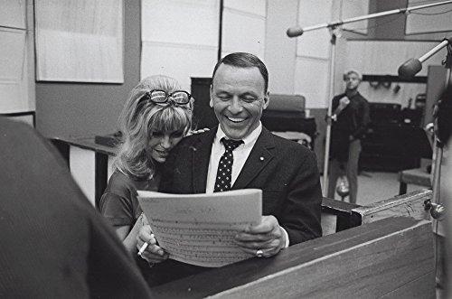 Frank and Nancy Sinatra in a studio Photo Print (10 x 8)