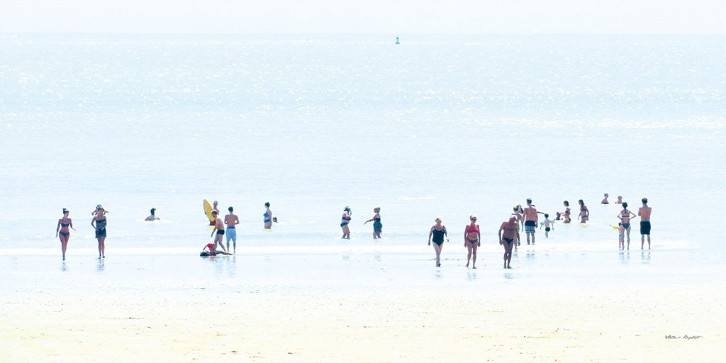 Menschen am Meer 1 - Künstlermotiv, XXL Bild / Wandbild, Größe: 120 x 60 cm Quer-Format, Panorama, Digital-Druck auf Acrylglas 5 mm. Frankreich Strand Frau Mann Kind blau bunt weiß Liebe groß Kunst