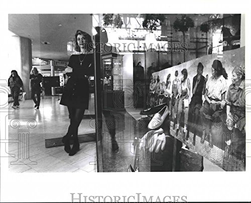 Press Photo Faye Cannon of St. Germaine shoe and accessory store, Canal - Canal Place Stores