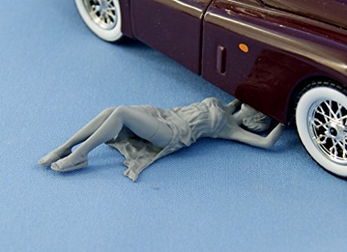 NorthStarModels 1/24 Pin-Up resin figure Girl fix a car (unpainted)
