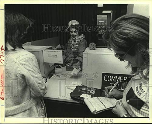 Vintage Photos 1980 Press Photo Texas Commerce Bank Teller in Costume on Fannin in Houston -