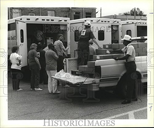 1992 Press Photo Hurricane Andrew   American Red Cross Assists Entergy Employees