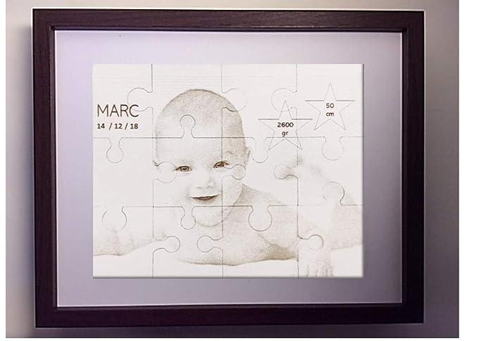 Portaretratos tipo puzzle con fotografía grabada y corte laser. Incluye marco para su colocación.