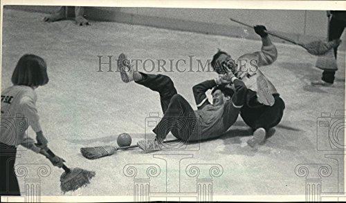 1986 Press Photo Public Officials Play Broom Ball at Ice Chalet in Mayfair - Mayfair Mall