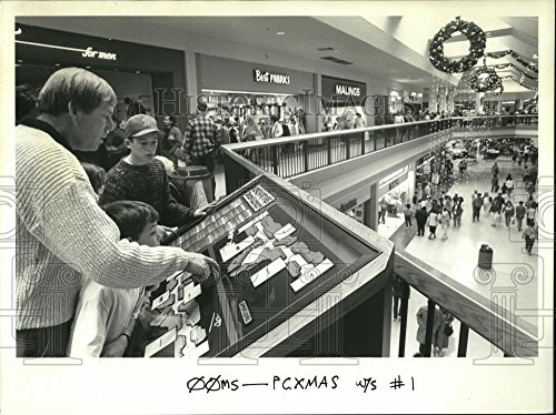 1988 Press Photo Clydes Powell and sons scan directory at Clackamas Town - Clackamas Center Town
