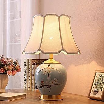 Lámpara de mesa en el salón de la cabecera dormitorio, decorado de ...