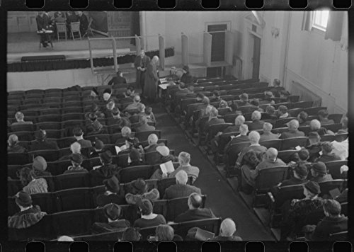 1939 Photo Townspeople listening to discussion and balloting during town meeting. Woodstock, Vermont Location: Vermont, ()