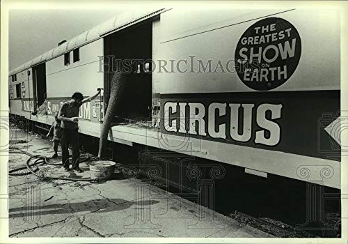 1984 Press Photo Circus worker feeds elephant in train car in Alabama
