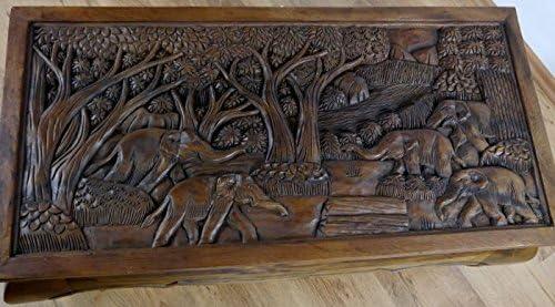 Holzschnitzerei mit Elefanten und Landschaft