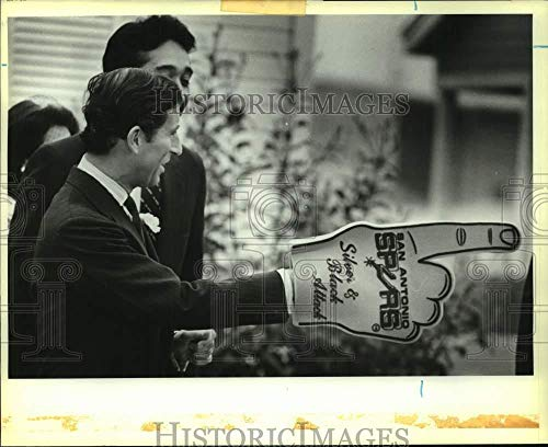 1986 Press Photo Prince Charles with Spurs foam hand in San Antonio, Texas