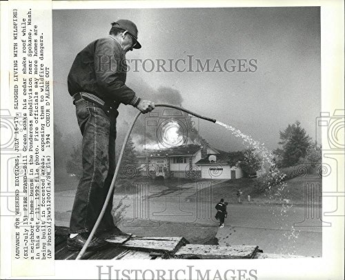 Vintage Photos 1992 Press Photo Bill Green soaks his Cedar Shake roof While Other Homes Burn.
