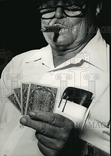 1988 Press Photo Frank DeLopst, Milwaukee, ponders his cards in cribbage game