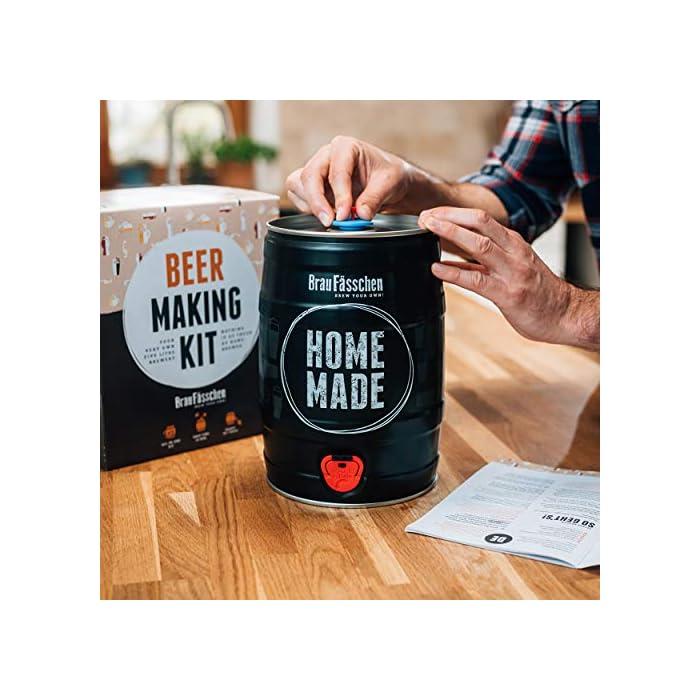 51aGWEcO6TL ¿Estás buscando el regalo perfecto, así como una sencilla iniciación al mundo de la cerveza artesanal? El kit de Brewbarrel es el kit más rápido e intuitivo para preparar tu cerveza casera. Un regalo perfecto para los amantes de la cerveza y homebrewers. Brewbarrel Oktoberfest: La cerveza bebida en el festival más conocido del mundo. Una cerveza de malta suave, la cual sin llegar a ser amarga permite apreciar notas a lúpulo. Su color dorado y sabor refrescante con matices dulces la convierten en el todoterreno de las cervezas. Ideal para cualquier ocasión. De cabeza generosa, fascina al olfato con su armónica combinación de malta y lúpulo. El kit de elaboración de cerveza artesanal es el regalo perfecto para los amantes del líquido dorado o cualquiera que siempre haya tenido la espinita de prepararla por si mismo/a. Independientemente de hombre o mujer, este regalo es una idea excepcional para sorprender a cualquiera. Un sencillo y versátil regalo que supone el punto de partida ideal para conocer el mundo de la elaboración artesanal.