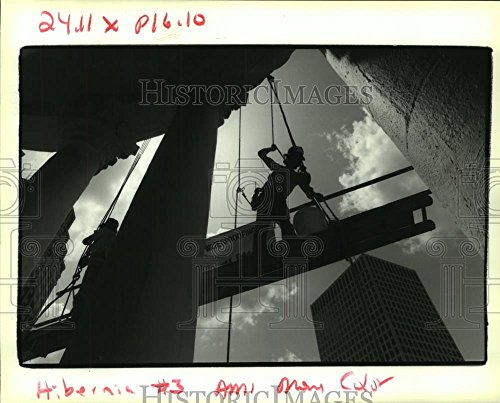 Vintage Photos Historic Images 1992 Press Photo Mike Fireck & Larry Coleman Lower The Scaffold at Hibernia Bank - 8 x 10 ()