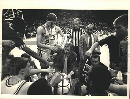 1988 Press Photo Marquette basketball player, Bob Dukiet & his team during game