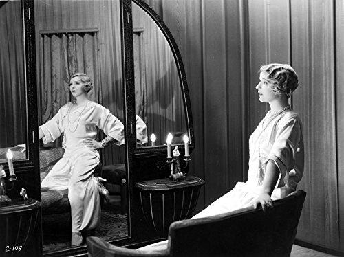 Ina Claire Portant Une Robe Blanche Posée Sur Une Impression Photo Miroir (30 X 24)