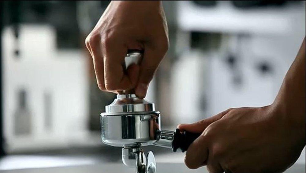 Siebträger fixieren und Espresso Tamper gerade aufsetzen
